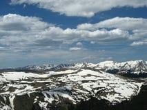 Donna che guarda le montagne innevate Immagine Stock