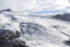 Donna che guarda le montagne innevate Alpi, paesaggio di inverno Stazione sciistica Seggiovia Bellamonte, Lusia, Valbona, dolomia Immagini Stock