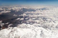 Donna che guarda le montagne innevate Vista del getto Fotografia Stock