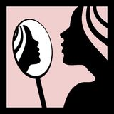 Donna che guarda nello specchio Fotografia Stock Libera da Diritti