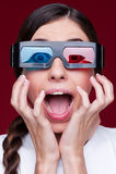 Donna che guarda pellicola 3d Fotografia Stock Libera da Diritti