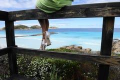Donna che guarda sopra l'oceano in alti talloni Immagini Stock Libere da Diritti
