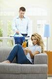 Donna che guarda TV Fotografia Stock Libera da Diritti