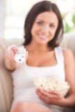 Donna che guarda TV. Immagini Stock