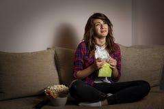 Donna che guarda un film di dramma e che sobbing immagine stock libera da diritti