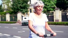 Donna che guida il suo trasportatore personale elettrico nei cerchi archivi video