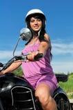 Donna che guida un motociclo. Fotografia Stock Libera da Diritti