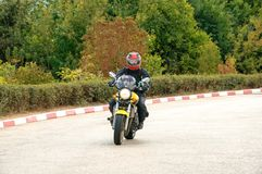 Donna che guida un motociclo sulla strada fotografie stock