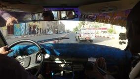Donna che guida in un taxi con la guida locale del turista e del tassista video d archivio