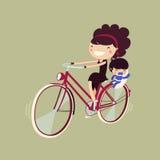 Donna che guida una bici con il suo bambino Fotografia Stock Libera da Diritti