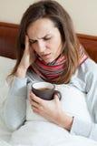 Donna che ha alta febbre Fotografie Stock