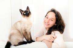 Donna che ha buoni periodi a casa con il gatto fotografia stock libera da diritti