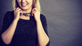Donna che ha catena intorno al collo Fotografia Stock