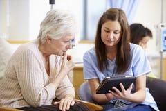 Donna che ha chemioterapia con l'infermiere Using Digital Tablet immagini stock