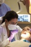 Donna che ha controllo su alla chirurgia dei dentisti Fotografie Stock