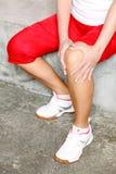 Donna che ha dolore del ginocchio Immagini Stock