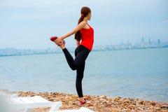 Donna che ha esercizio sulla spiaggia Immagini Stock Libere da Diritti