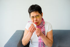 Donna che ha freddo Fotografia Stock