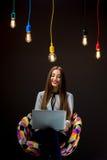 Donna che ha idea che lavora con il computer portatile Immagini Stock Libere da Diritti
