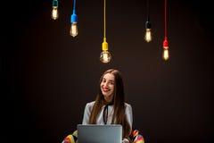 Donna che ha idea che lavora con il computer portatile Fotografia Stock Libera da Diritti