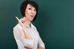 Donna che ha idea, emozioni felici sul fondo del consiglio scolastico, imparante concetto, colpo dello studio Fotografie Stock