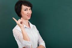 Donna che ha idea, emozioni felici sul fondo del consiglio scolastico, imparante concetto, colpo dello studio Fotografie Stock Libere da Diritti
