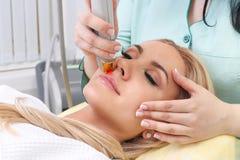 Donna che ha laser facciale di depilazione Fotografie Stock