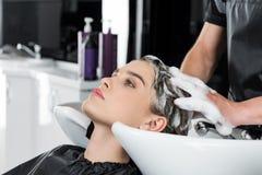 Donna che ha lavaggio dei capelli Fotografie Stock Libere da Diritti