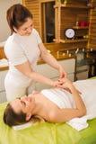 Donna che ha le mani e massaggio tradizionali del polso immagine stock