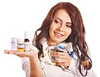 Donna che ha le pillole e compresse. Immagine Stock