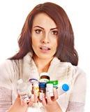 Donna che ha le pillole e compresse. Fotografie Stock Libere da Diritti