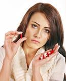 Donna che ha le pillole e compresse. Fotografie Stock