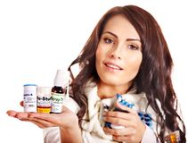 Donna che ha le pillole e ridurre in pani. Fotografia Stock Libera da Diritti