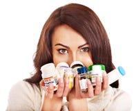 Donna che ha le pillole e ridurre in pani. Immagine Stock Libera da Diritti