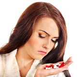 Donna che ha le pillole e ridurre in pani. Immagini Stock