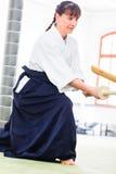 Donna che ha lotta della spada di aikidi Fotografia Stock Libera da Diritti