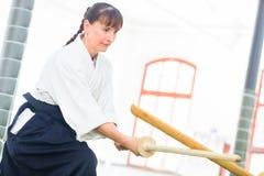Donna che ha lotta della spada di aikidi Fotografia Stock