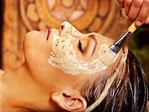 Donna che ha maschera alla stazione termale di ayurveda. fotografie stock libere da diritti
