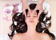 Donna che ha massaggio capo Fotografie Stock