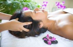Donna che ha massaggio capo Immagine Stock