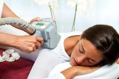 Donna che ha massaggio di riduzione delle celluliti. immagine stock