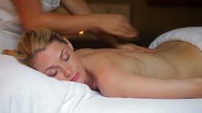 Donna che ha massaggio in stazione termale video d archivio