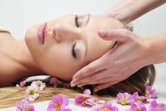 Donna che ha massaggio in stazione termale Fotografie Stock Libere da Diritti