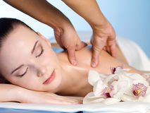 Donna che ha massaggio sulla spalla Fotografia Stock
