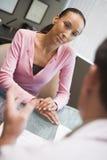 Donna che ha riunione con il medico nella clinica di IVF Fotografie Stock