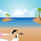 Donna che ha sunbath ad una spiaggia Immagini Stock Libere da Diritti