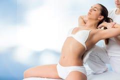 Donna che ha trattamento della spina dorsale con l'osteologo Fotografie Stock