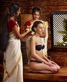 Donna che ha trattamento della stazione termale di ayurveda. Immagine Stock Libera da Diritti
