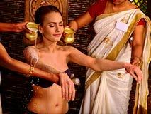 Donna che ha trattamento della stazione termale di Ayurvedic Fotografia Stock