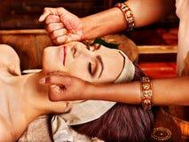 Donna che ha trattamento della stazione termale di ayurveda. fotografia stock libera da diritti